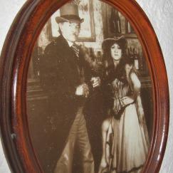 Valadés y Adriana Quiróz vestidos de época